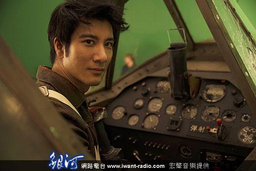 """此外,导演为了拍摄王力宏在飞机模型内360度旋转的画面,特别""""请""""到"""